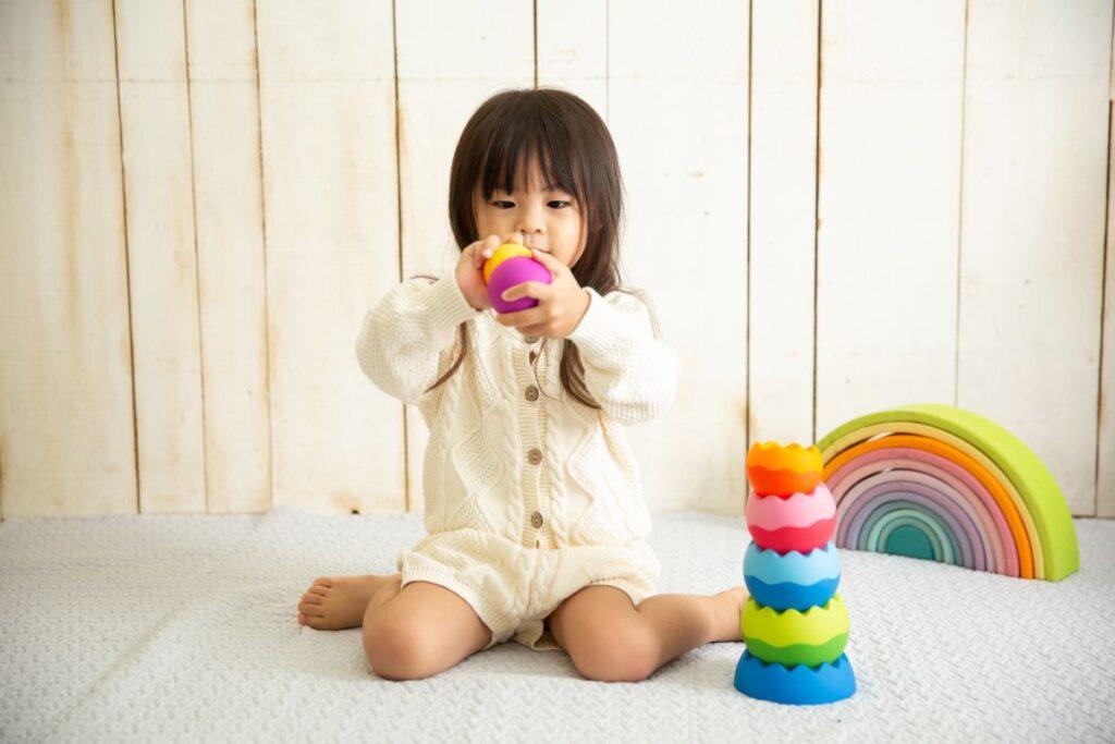知育玩具で楽しそうに遊ぶ子供