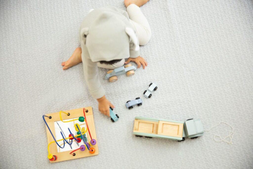 のりもので遊ぶ子供