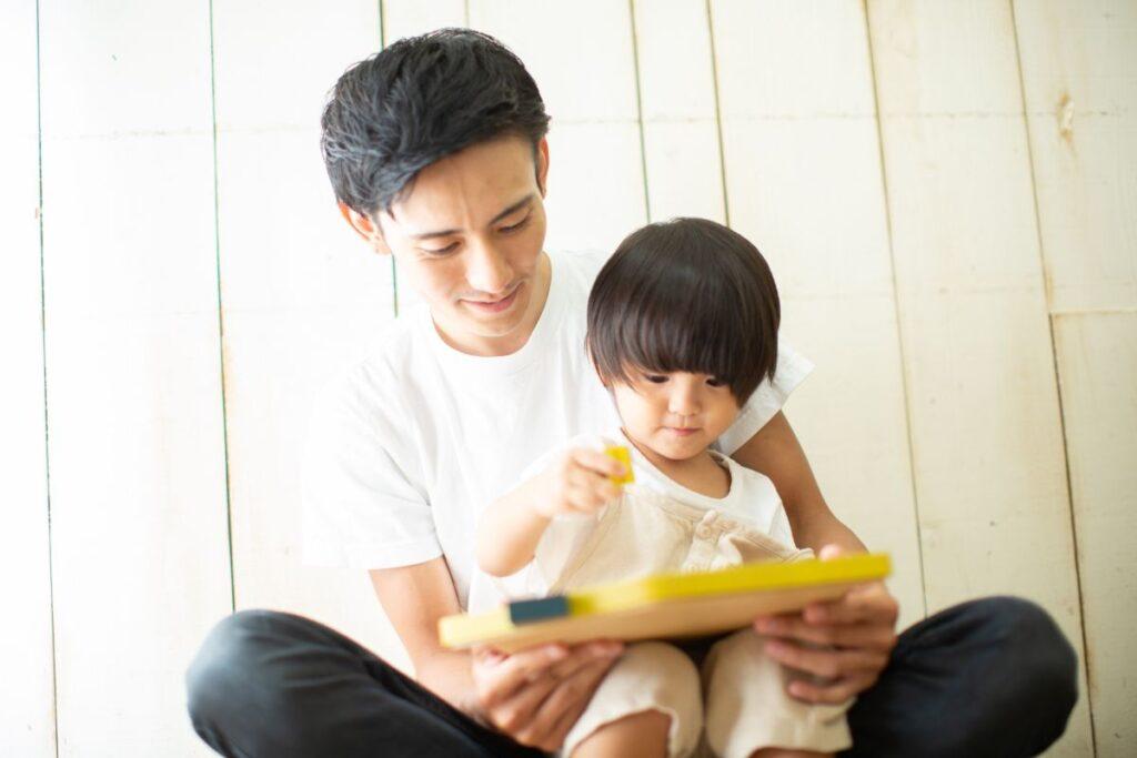 父と娘が一緒におもちゃで遊ぶ様子